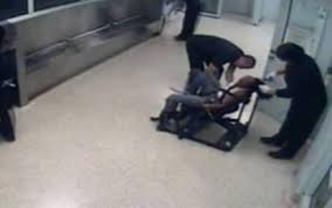 Βίντεο: Αστυνομικοί δένουν 23χρονη και... την κουρεύουν με τη βία!