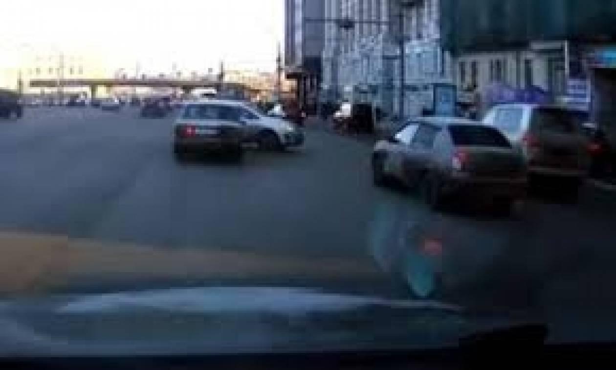 Βίντεο: Μόνο στη Ρωσία - Δείτε το... εξωφρενικό παρκάρισμα που έκανε!