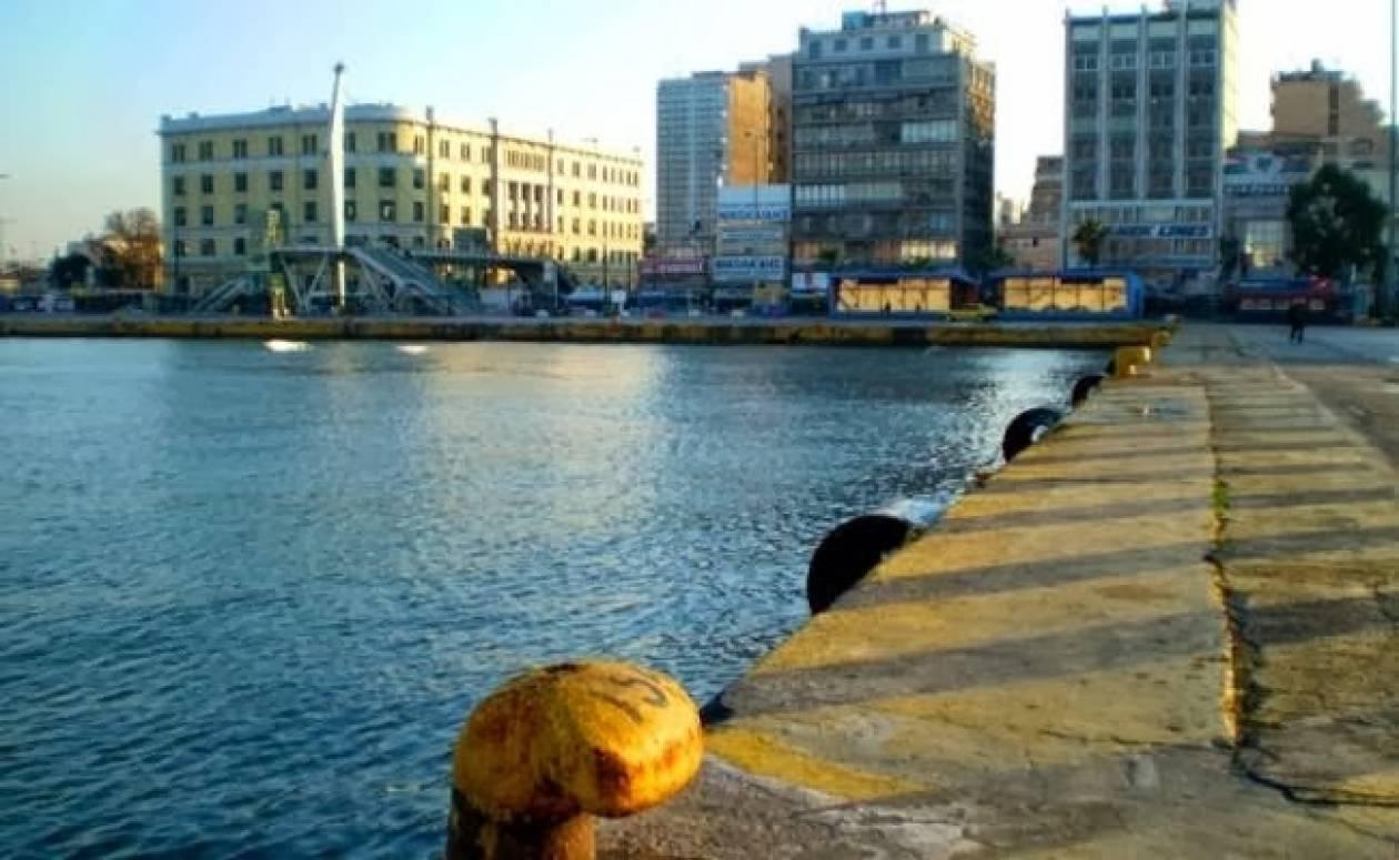 Αυτοκίνητο έπεσε στο λιμάνι του Πειραιά - Σώος ο οδηγός