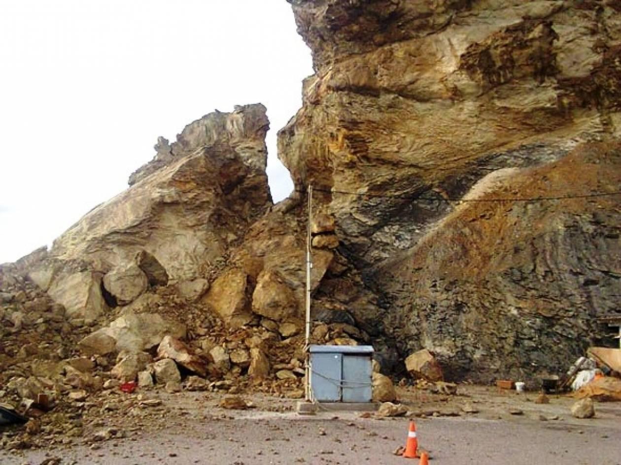 Αποκολλήθηκε τεράστιος βράχος στο λιμάνι της Ανάφης