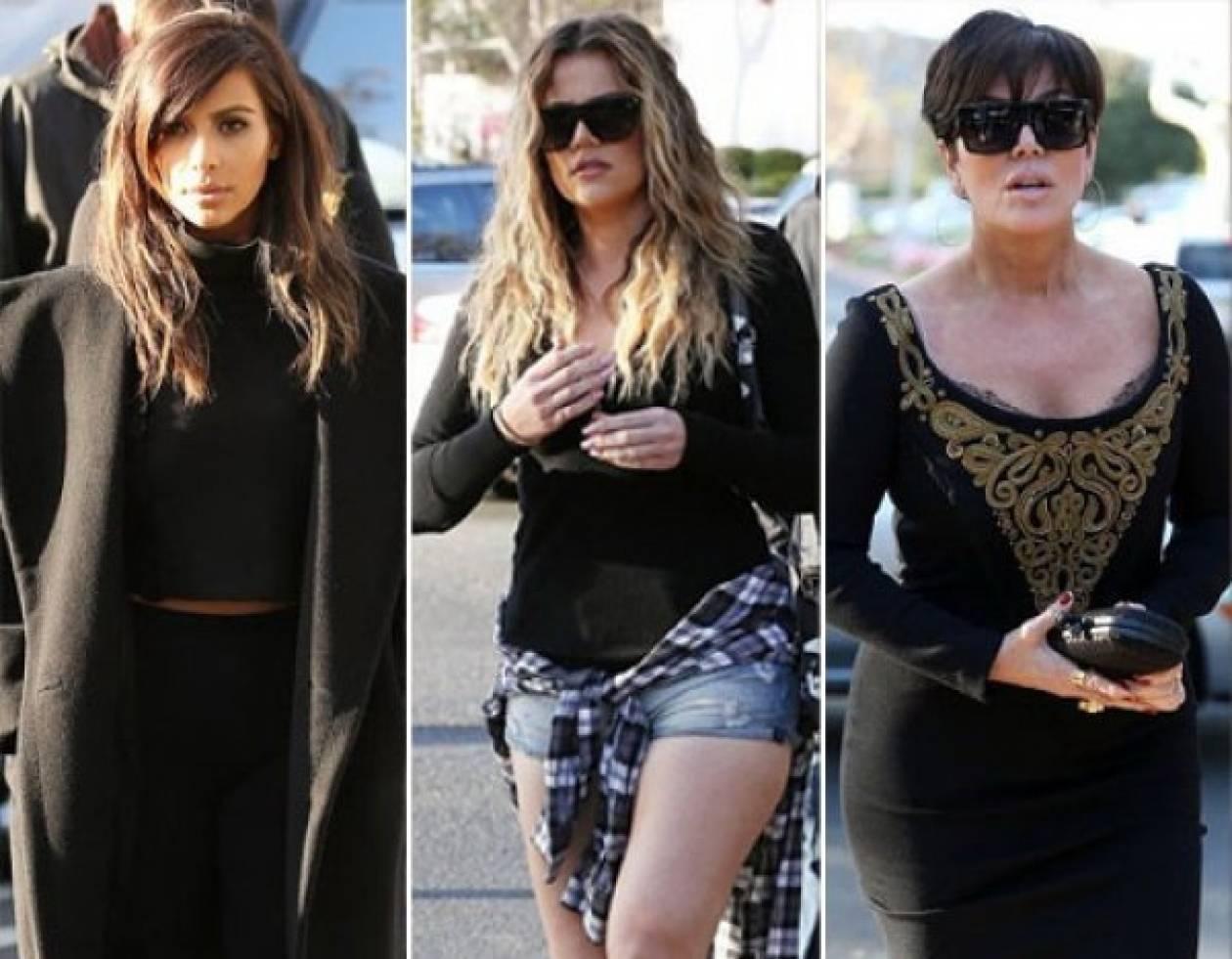 Η Kim εμφανίστηκε με παλτό, η Khloe με σορτσάκι και η μάνα με φόρεμα