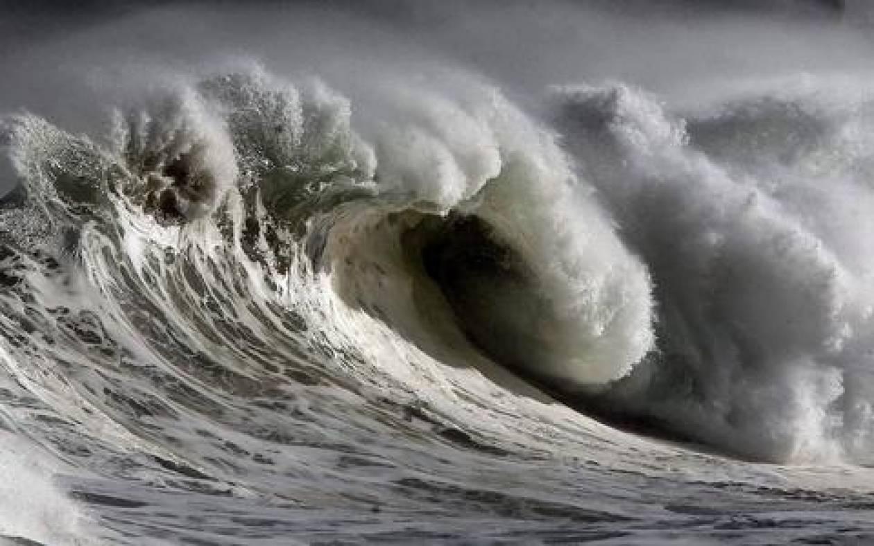 Κύματα 10 μέτρων σαρώνουν τις ισπανικές ακτές