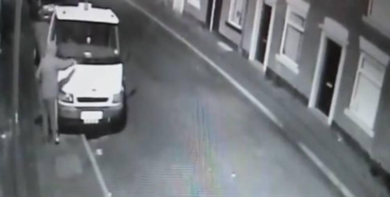 Βίντεο: Ο... χειρότερος εμπρηστής αυτοκινήτων! Δείτε πώς την πάτησε!