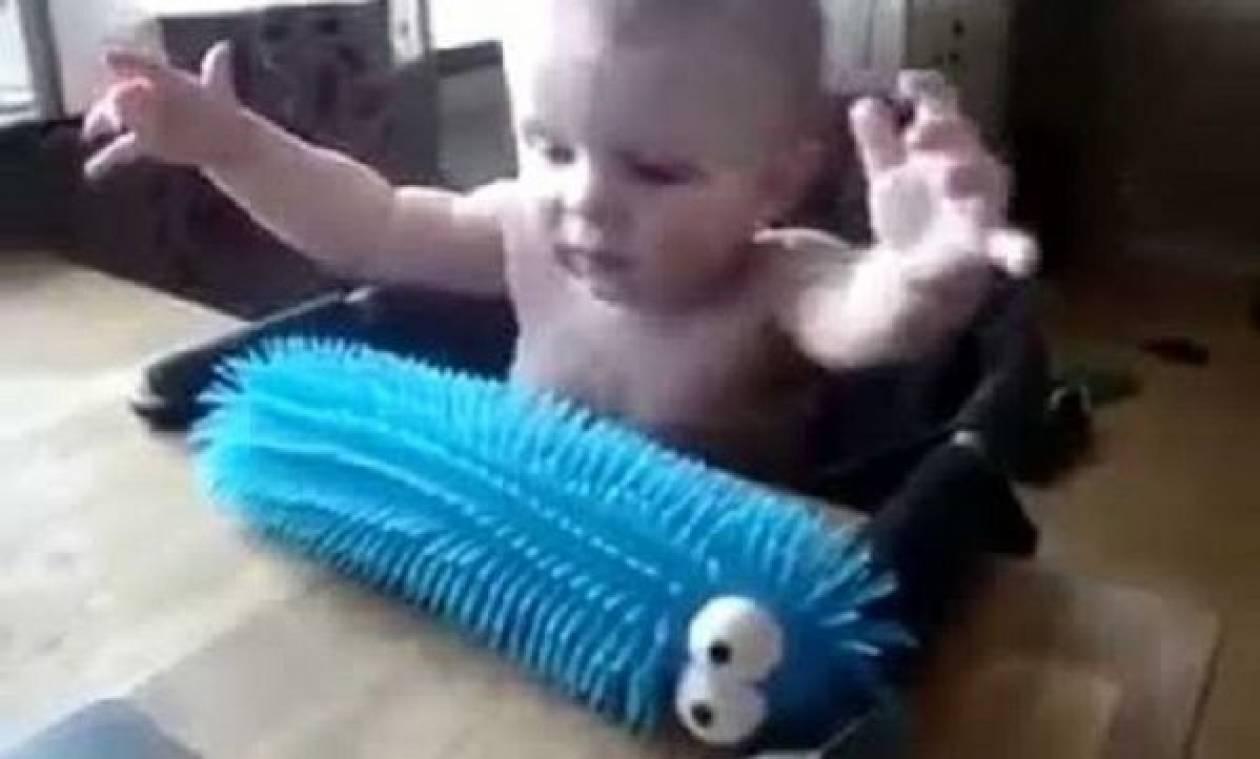 Η απίστευτη αντίδραση μωρού όταν έπιασε το παιχνίδι του! (vid)