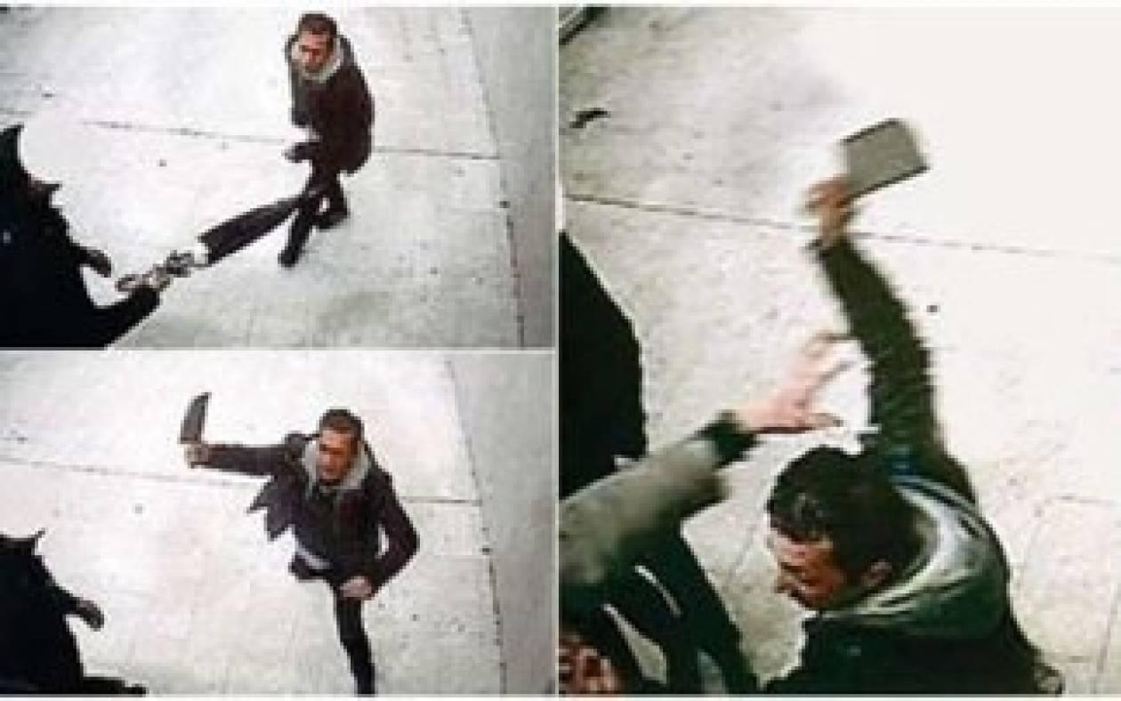 Βίντεο-ΣΟΚ: Του επιτέθηκε με μπαλτά στο σιδηροδρομικό σταθμό