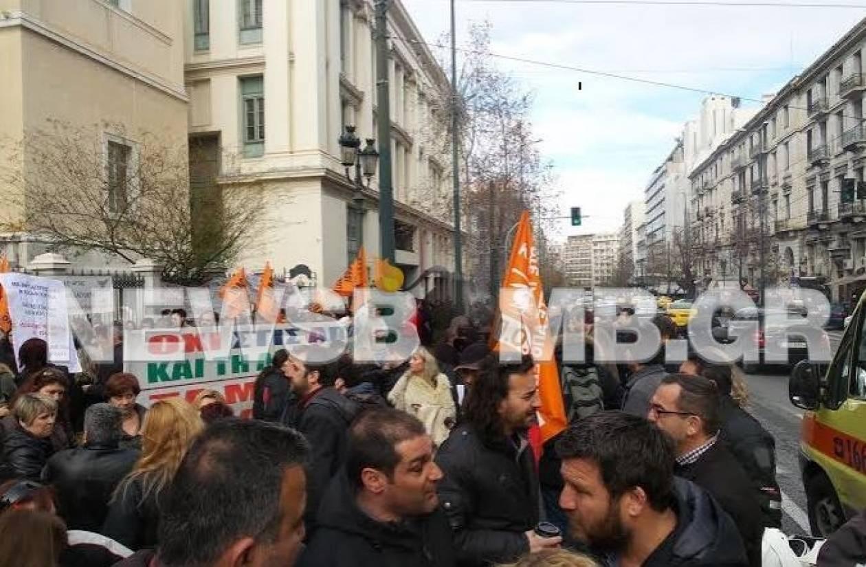 Παραμένουν οι διαδηλωτές έξω από το ΣτΕ