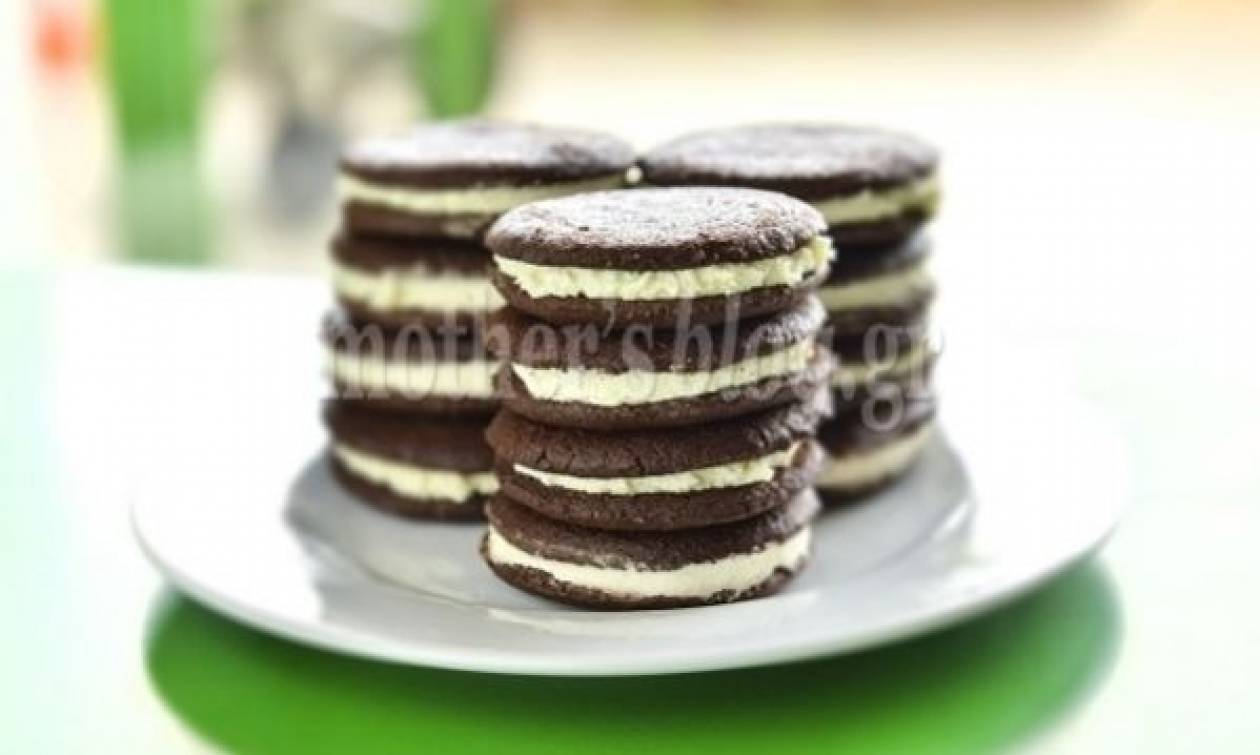 Συνταγή για φανταστικά γεμιστά μπισκότα σοκολάτας με κρέμα βανίλια