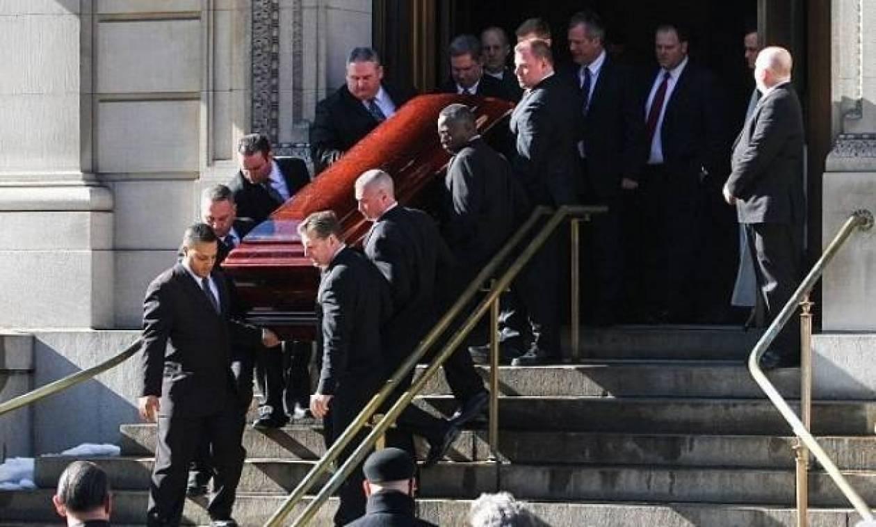 «Χρησιμοποίησαν την κηδεία του Hoffman για να προμοτάρουν... τσάντα!