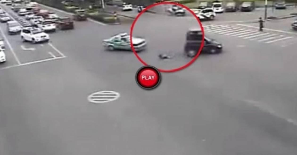Παιδί πέφτει έξω από το αυτοκίνητο (vid)