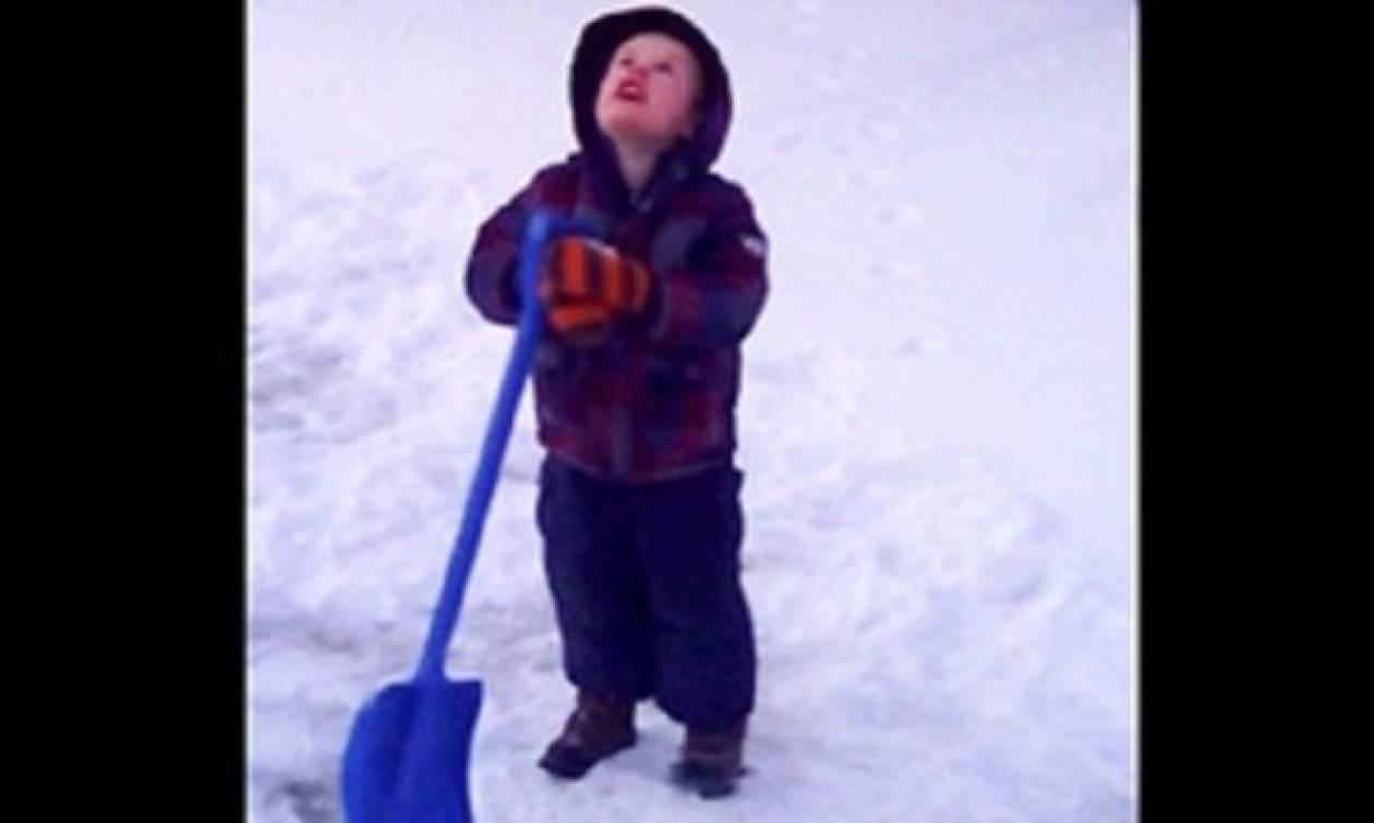 Ο 4χρονος που ζητάει τη βοήθεια του Θεού για να ζεστάνει το χιόνι!