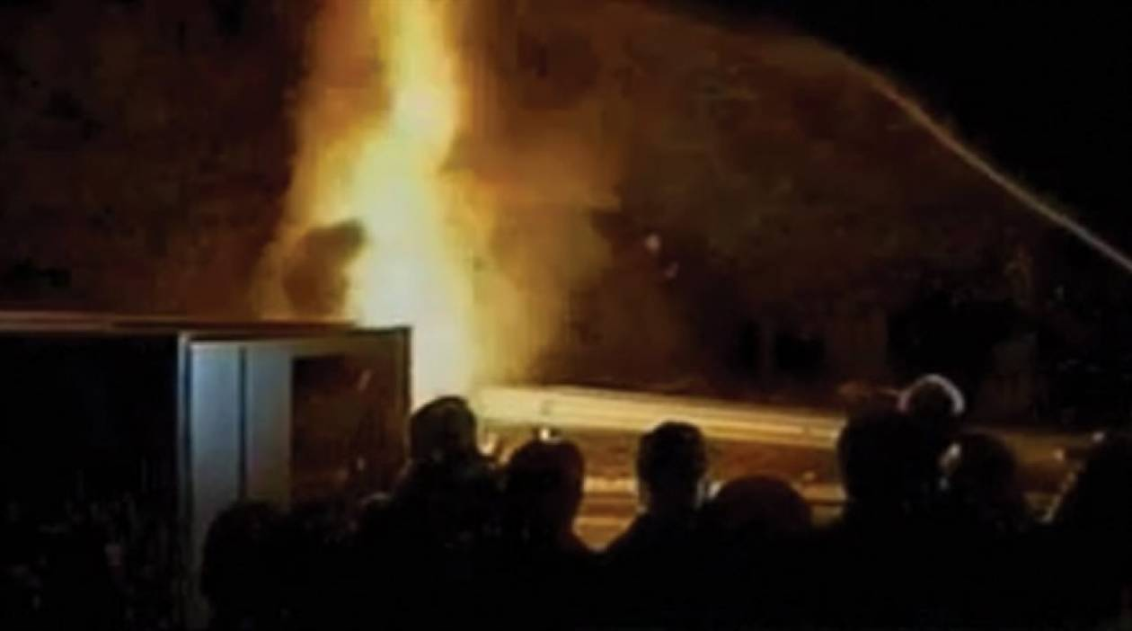 Έβαλαν φωτιά σε κουβούκλιο διοδίων στη Μαλακάσα (pics)