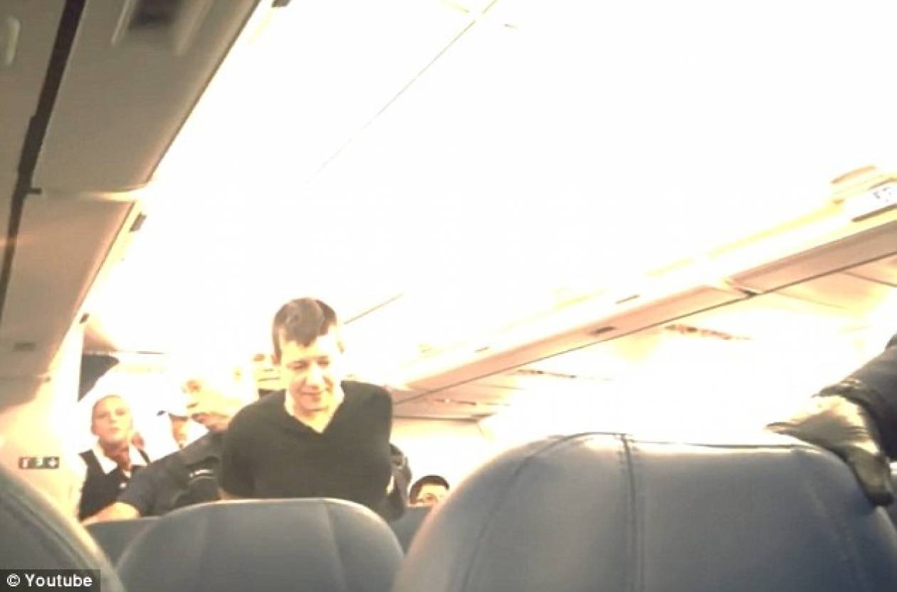 Την έβγαλαν με χειροπέδες από αεροπλάνο επειδή την «έπεσε» σε επιβάτη!