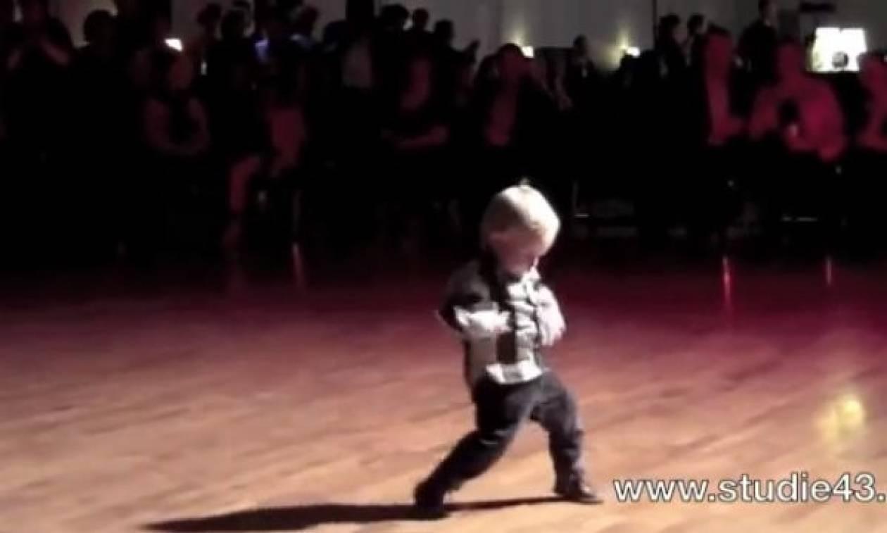 Απολαυστικό! Δίχρονος χορεύει jive στον ρυθμό του Ελβις Πρίσλεϊ!