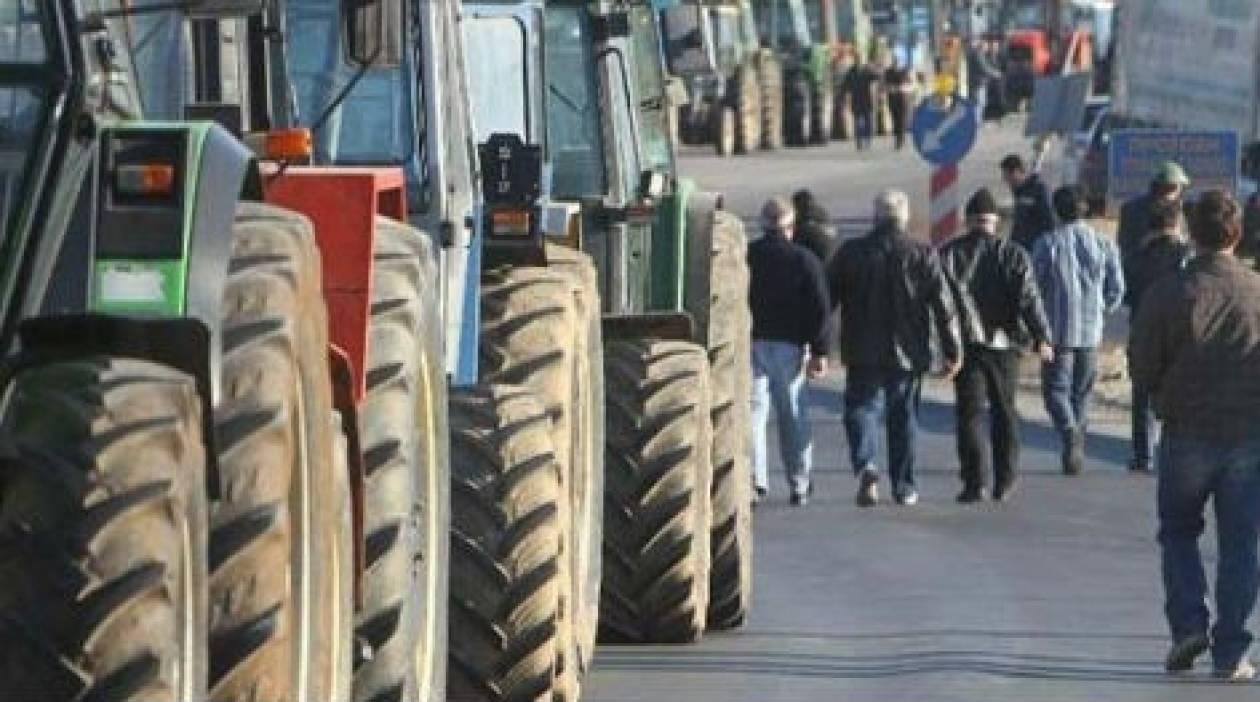 Οι αγρότες αποκλείουν τον κόμβο στα Βασιλικά
