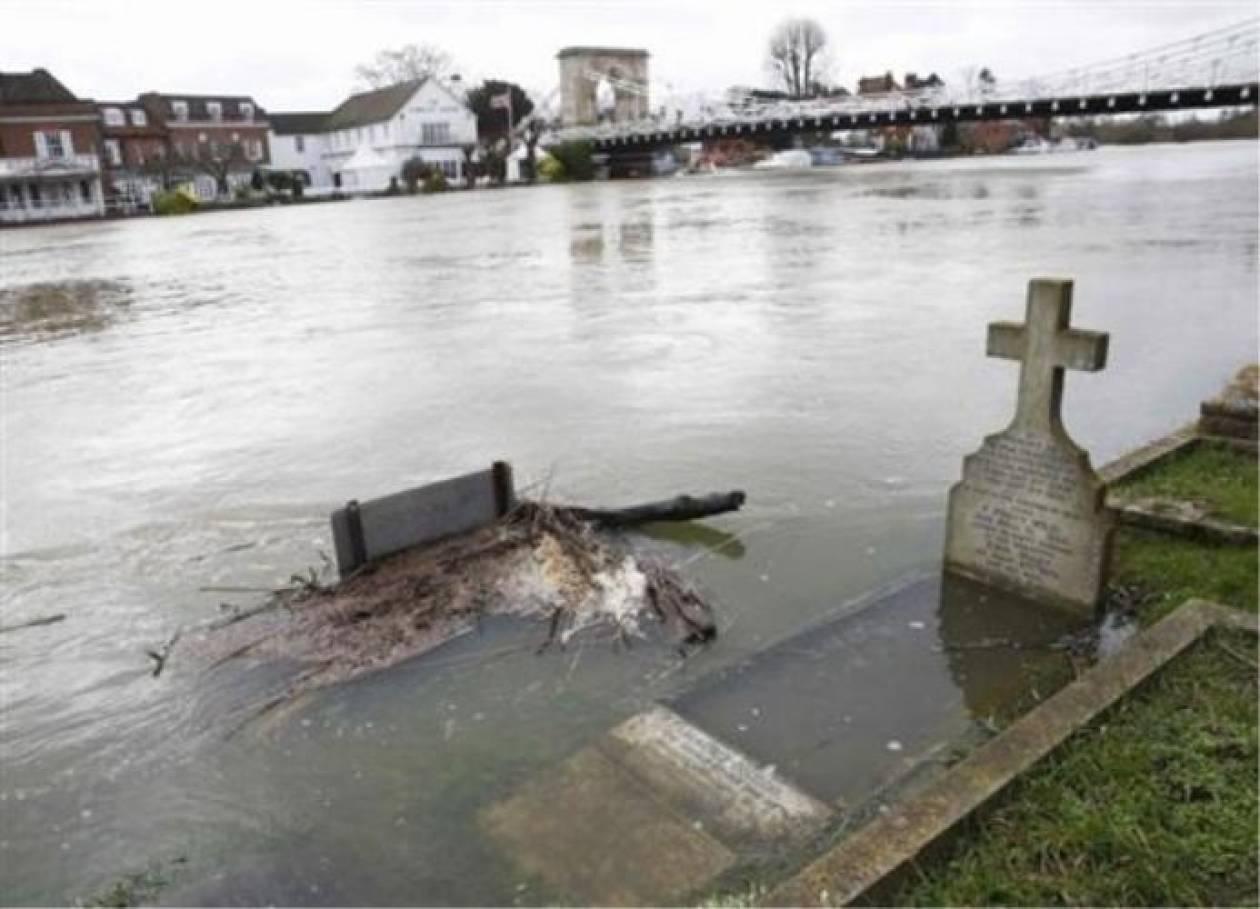 Υπερχείλισαν τμήματα του Τάμεση-Οι πλημμύρες πλησιάζουν το Λονδίνο