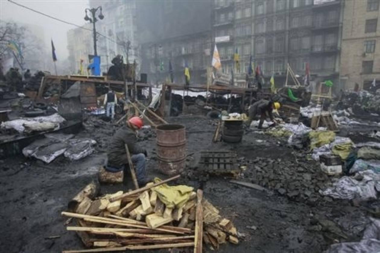 Σε νέα κυβέρνηση «ευρείας συμμετοχής» καλεί η ΕΕ την Ουκρανία