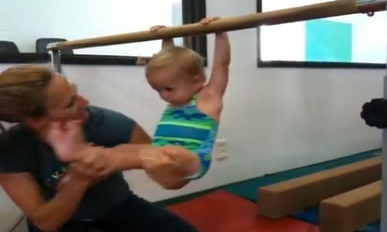 H μόλις ενός έτους Κοκό και τα πρώτα της βήματα στην ενόργανη