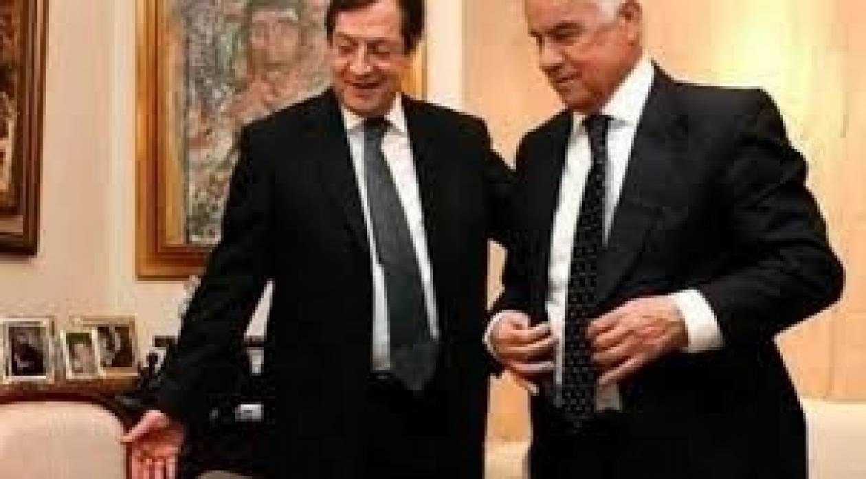 H Μ. Βρετανία στηρίζει την επανέναρξη διαπραγματεύσεων Κυπριακού