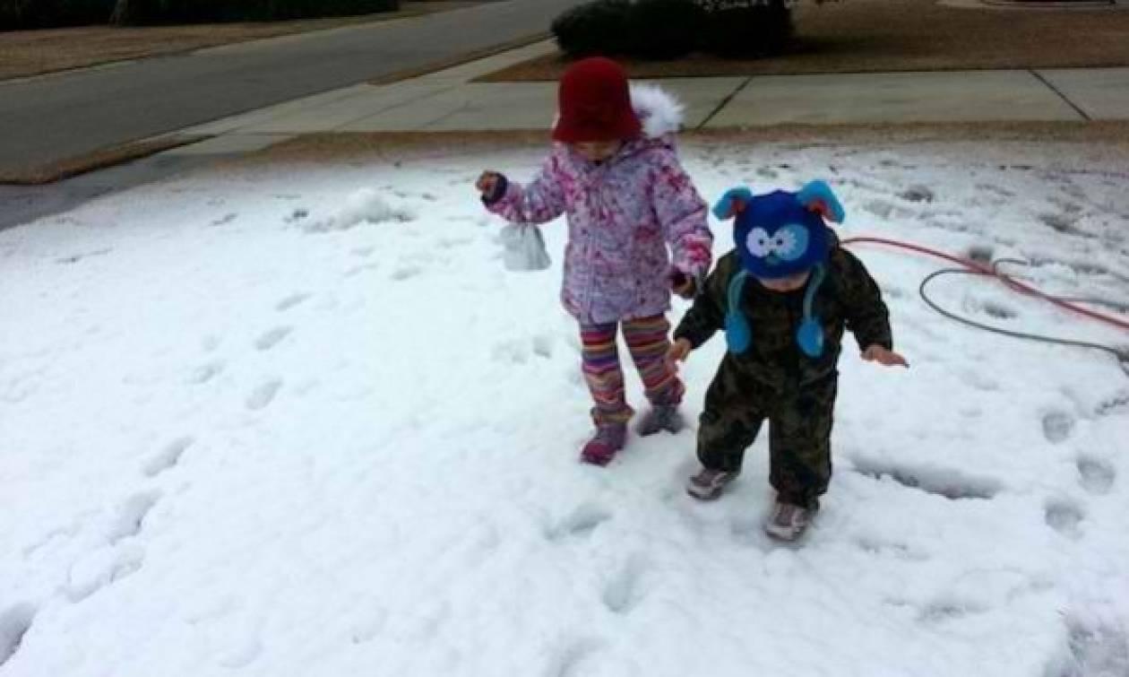 Ο υπέροχος μπαμπάς που έφτιαξε... χιόνι για χάρη των παιδιών του