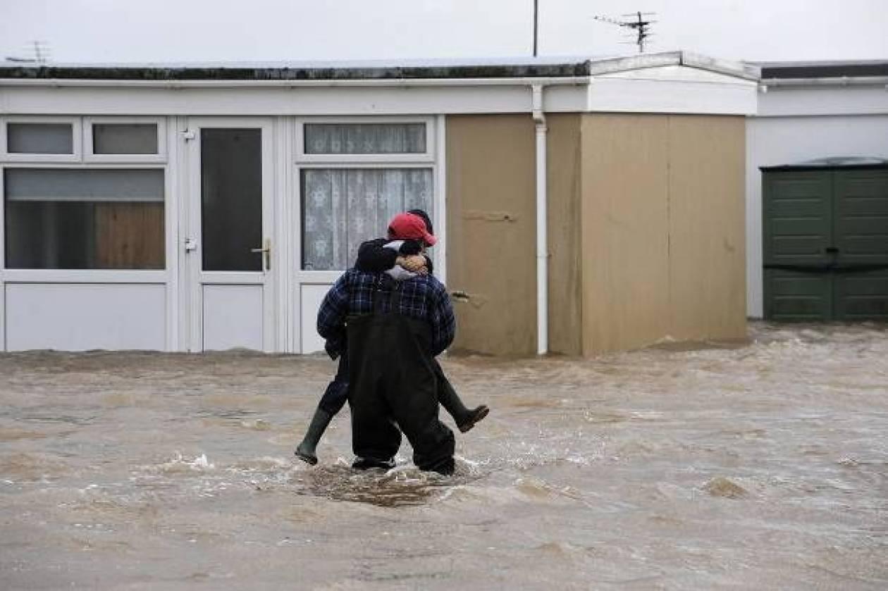 Πλημμύρες στη Βρετανία - Δεν πάει στο Ισραήλ ο Κάμερον
