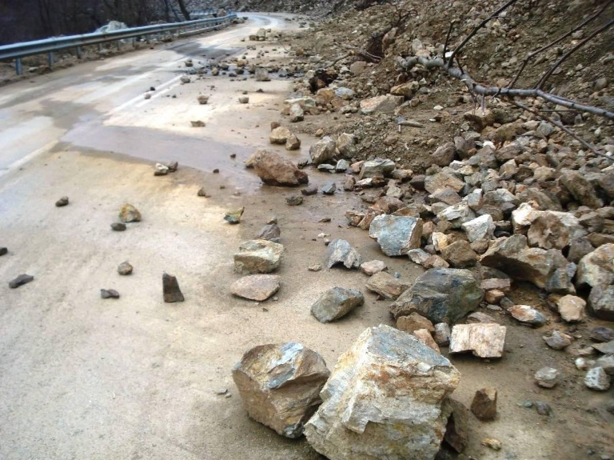 Κατολίσθηση δημιούργησε πρόβλημα σε δρόμο της Κέρκυρας