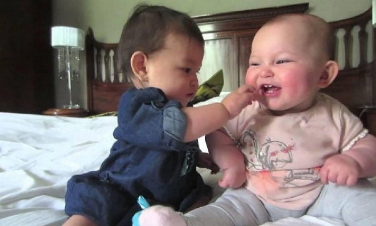 Όταν δύο μωρά προσπαθούν να συνεννοηθούν εμείς το απολαμβάνουμε!