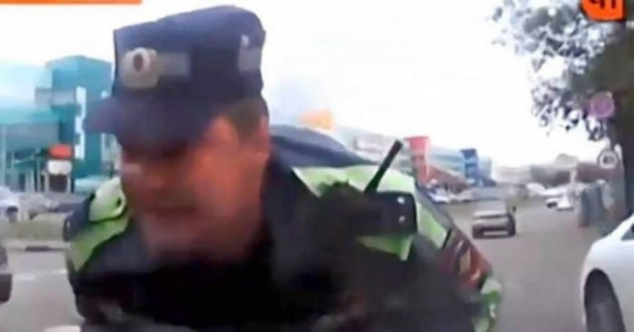 Αστυνομικός κασκαντέρ κολλάει σαν μύγα σε παρμπρίζ (vid)