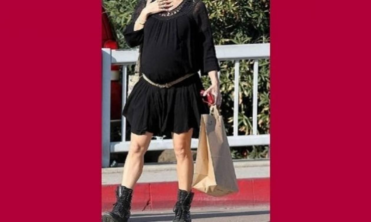Η πιο fashion έγκυος στα τελευταία ψώνια λίγο πριν γεννήσει