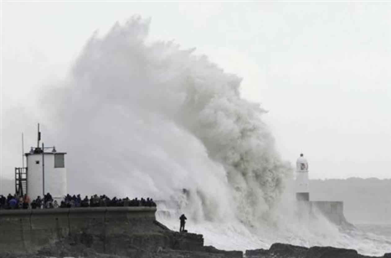 Μετά τις πλημμύρες, αντιμέτωπη και με θυελλώδεις ανέμους η Βρετανία