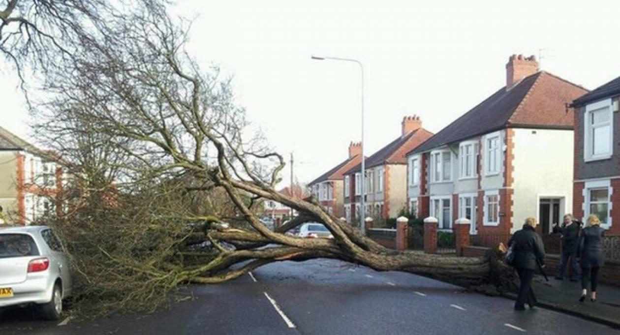 Κόκκινος συναγερμός: Θυελλώδεις άνεμοι σαρώνουν τη Βρετανία (pics)