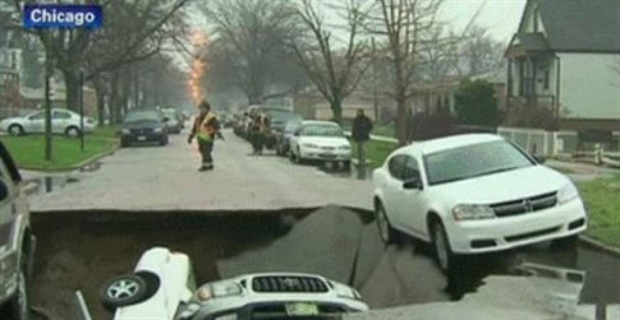 Βίντεο: Η στιγμή που τεράστια τρύπα «καταπίνει» αυτοκίνητο!
