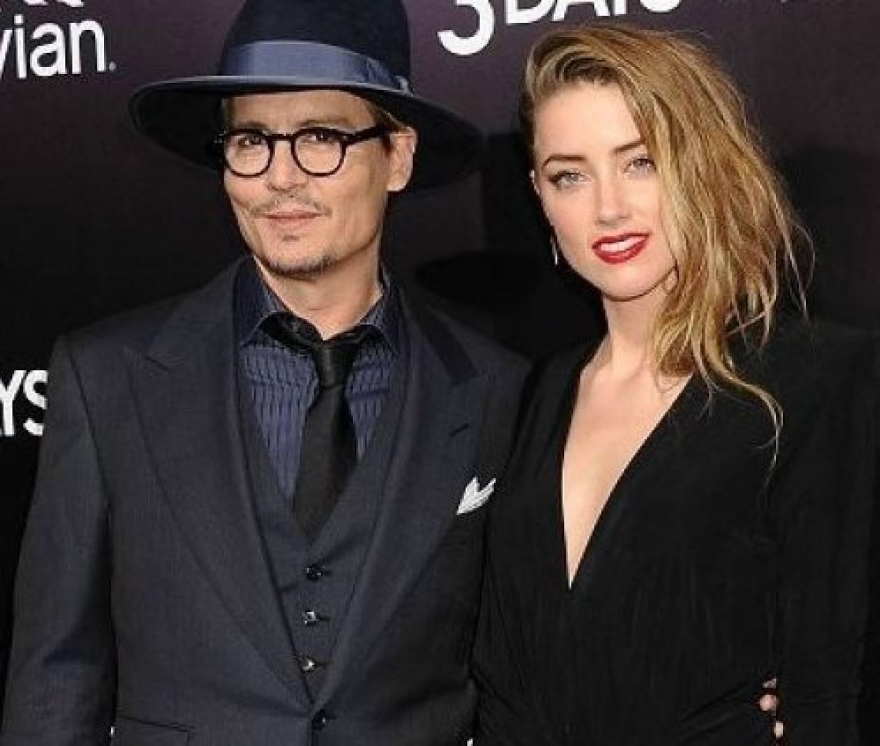 O Depp καψουρεύτηκε: Δείτε τον να φιλάει την Heard, στην κάμερα