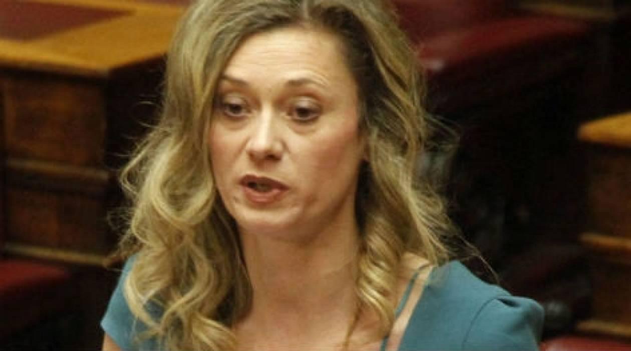 Χαμός σε Επιτροπή της Βουλής - Έκλεισαν το μικρόφωνο στην Μακρή