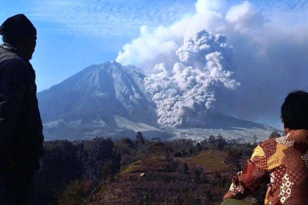 Έκρηξη ηφαιστείου στην Ινδονησία:Πολίτες εγκαταλείπουν τις εστίες τους