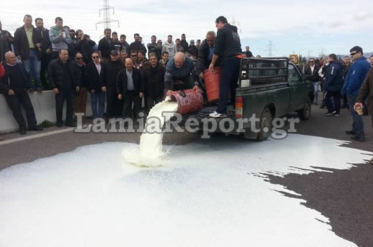 Άδειασαν το γάλα στην εθνική και έστειλαν μήνυμα στην κυβέρνηση