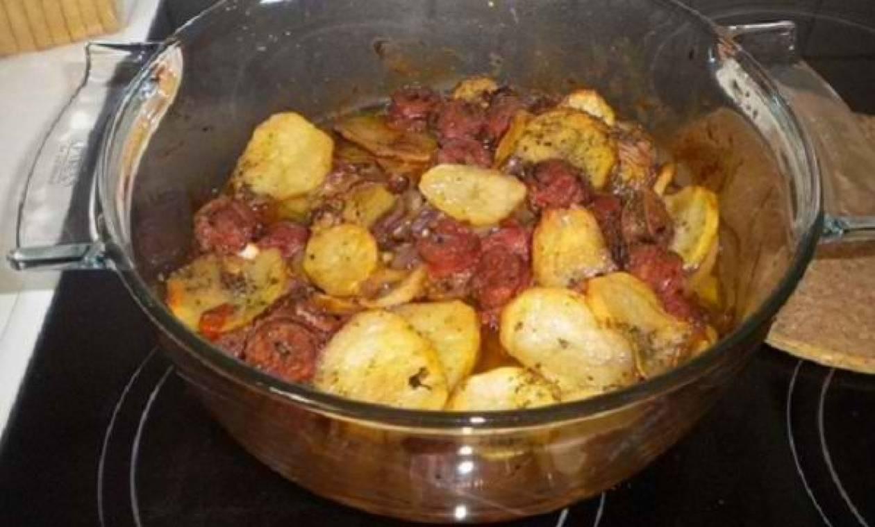 Συνταγή για χωριάτικα λουκάνικα στο φούρνο με πατατούλες!