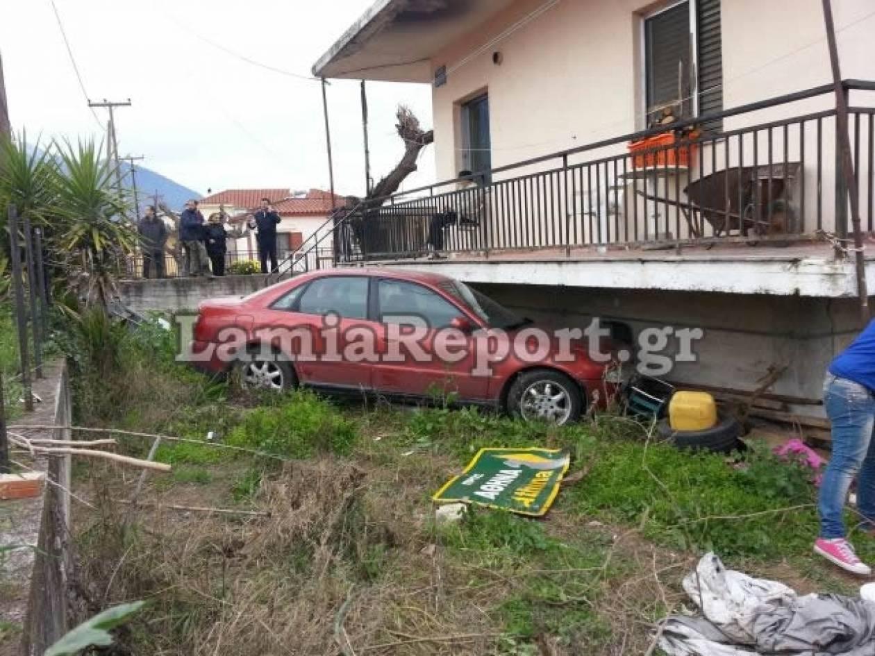 Λαμία: Αυτοκίνητο... προσγειώθηκε σε αυλή σπιτιού! (φωτό)