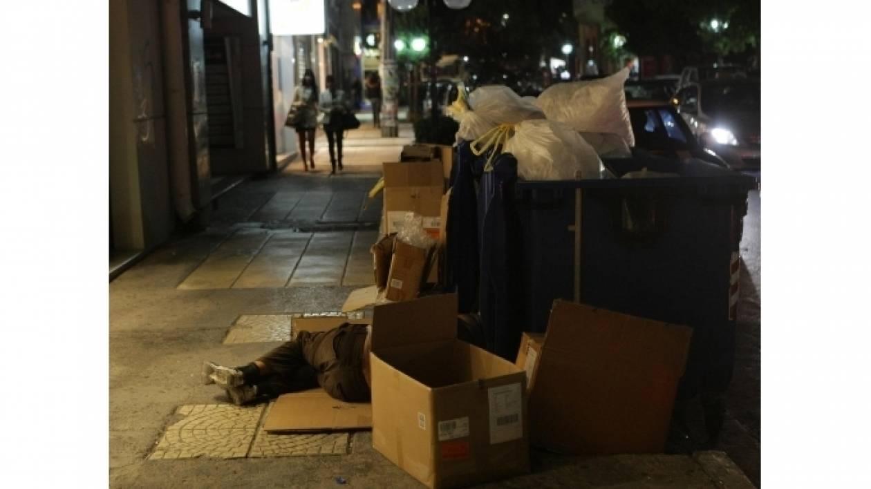 Συγκλονίζει: Άστεγος κοιμάται στα σκουπίδια στην Κρήτη