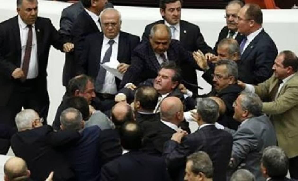 Με σπασμένη μύτη έφυγε Τούρκος βουλευτής από το Κοινοβούλιο