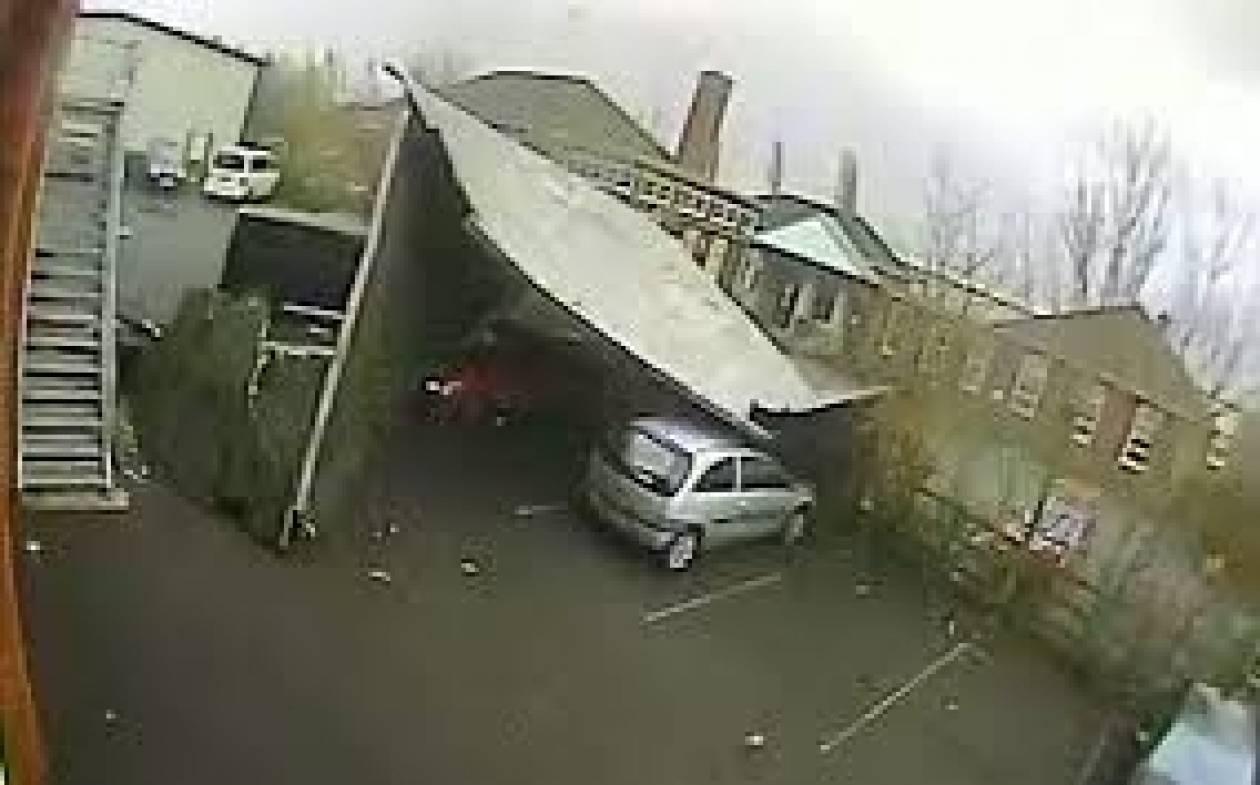 Συγκλονιστικό βίντεο! Στέγη ξεκόλλησε από τον αέρα κι έπεσε σε οχήματα