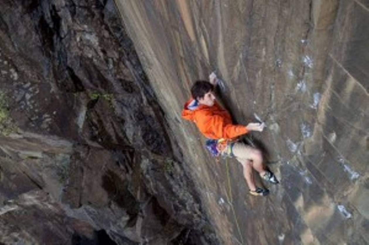 Βίντεο: Σκαρφαλώνει στα 500 μέτρα με τα χέρια
