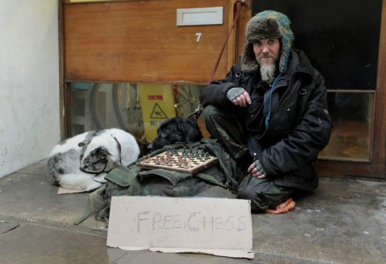 Άστεγος παίζει σκάκι για να βγάλει λεφτά!