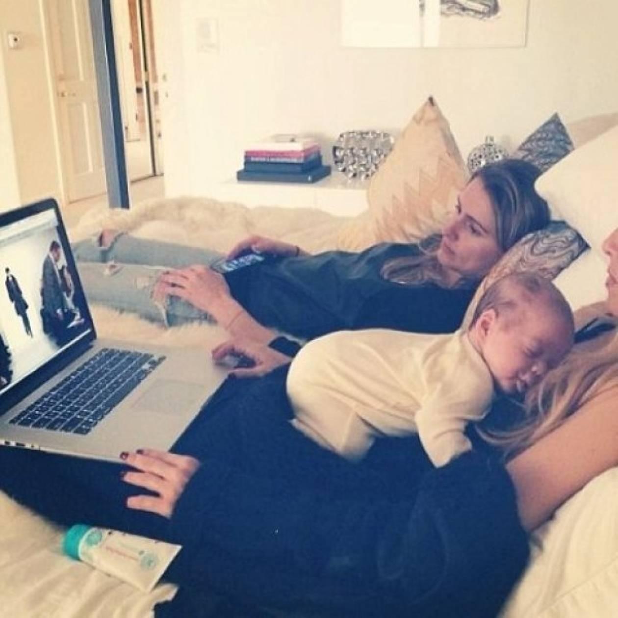 Kάντο όπως η Gisele! Ποια διάσημη μαμά δουλεύει με το μωρό της αγκαλιά