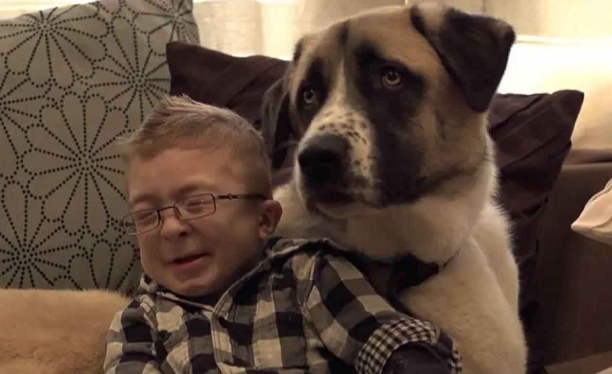 Απίστευτο βίντεο! Δείτε πώς ο σκύλος βοηθάει παιδί με ειδικές ανάγκες