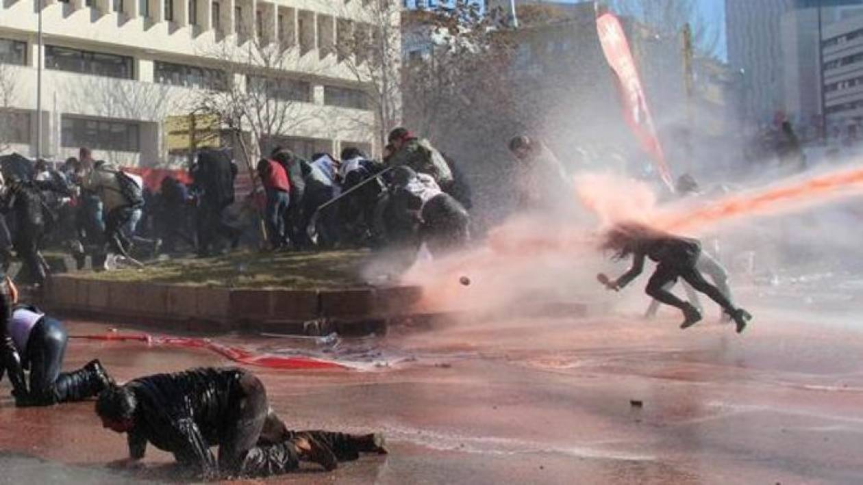 Η τουρκική αστυνομία χτυπά δημοσιογράφο με εκτόξευση