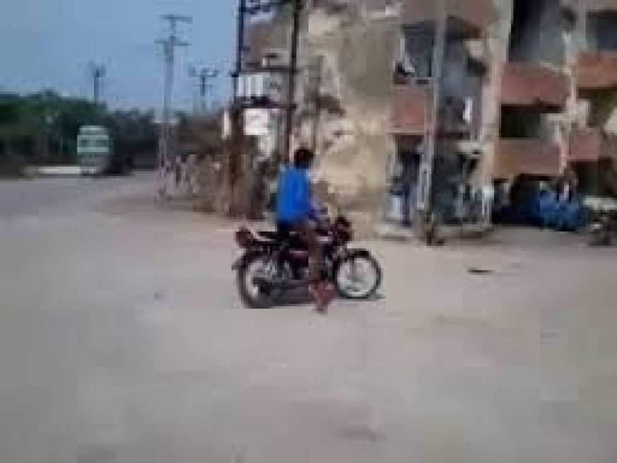 Βίντεο που σαρώνει: Έκανε... τρελά κόλπα με την μηχανή όταν ξαφνικά...