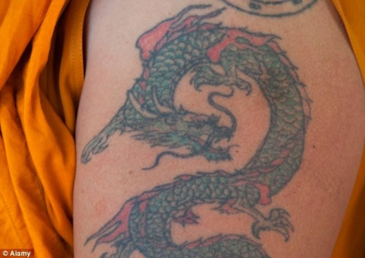 Έμεινε άφωνος όταν έμαθε ότι το τατουάζ που είχε στην πλάτη ήταν...