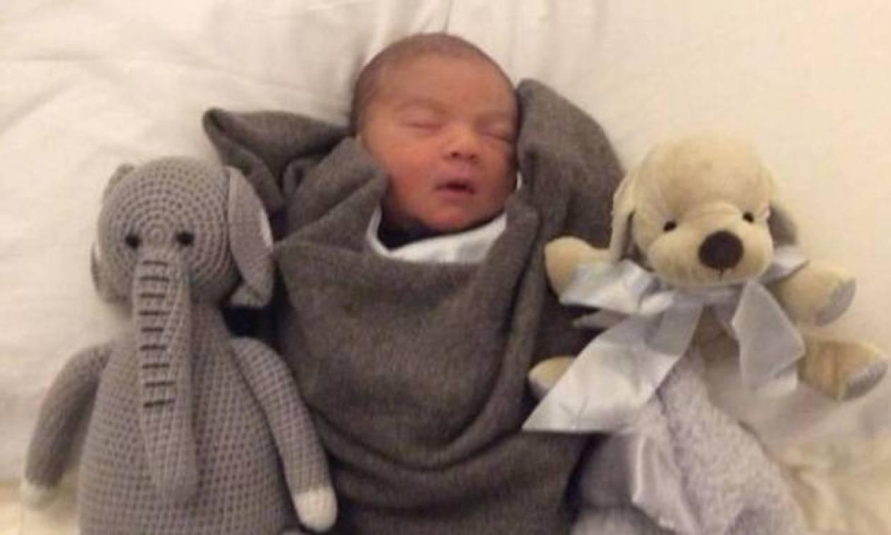 Πόσταρε στο twitter νέα φωτογραφία του μόλις τεσσάρων ημερών γιου του!