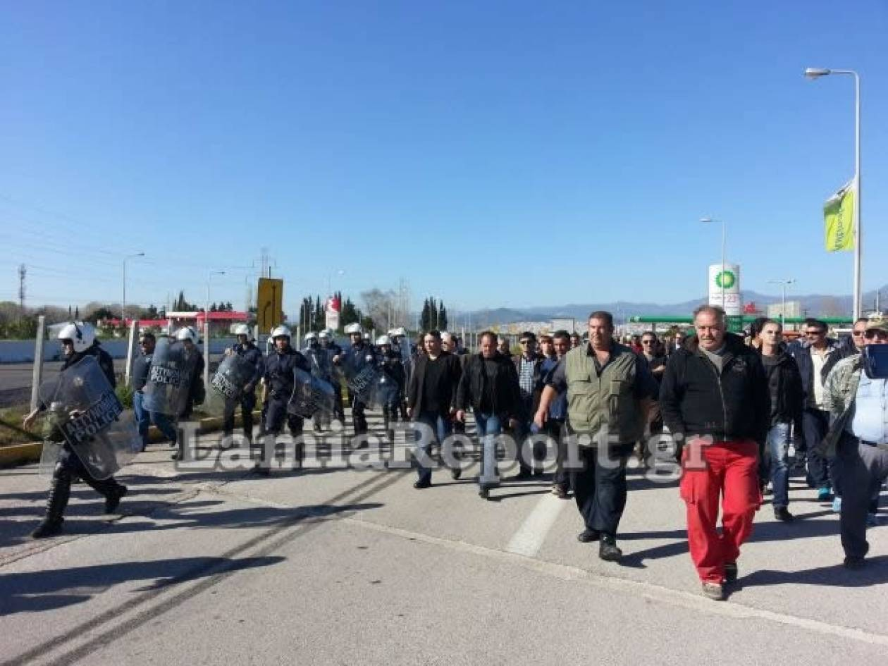 Φθιώτιδα: Έκλεισαν την εθνική οδό οι αγρότες  (pics+video)