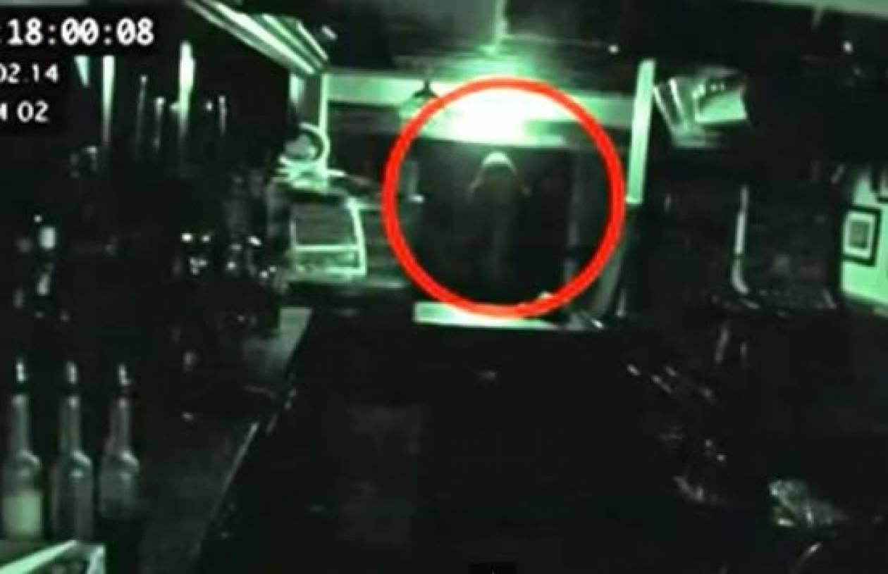 Δείτε το φάντασμα που εμφανίστηκε σε βρετανική πάμπ (Βίντεο)